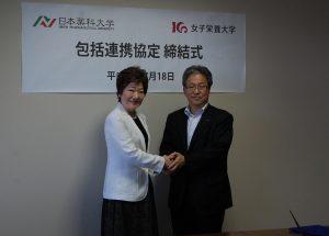 左:都築仁子 日本薬科大学理事長 右:香川明夫理事長・学長